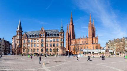 Wiesbaden, Dernsches Gelände. Links das Rathaus, links die Marktkirche. 21.03.2019.