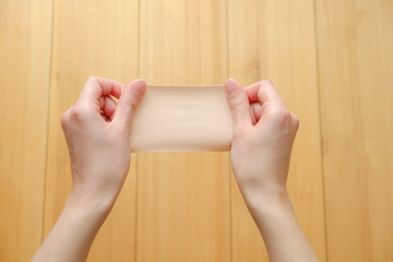 写真素材:湿布を持つ手 医薬品 整体 慢性疲労
