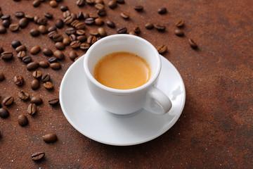 caffe' espresso in tazza di ceramica bianca su sfondo marrone