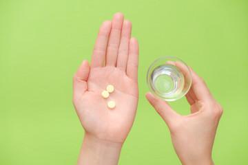 写真素材:錠剤を持つ手 水 コップ 医薬品 治療 慢性疲労