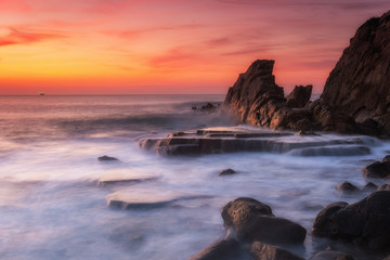 Photo sur Aluminium Lavende amazing sunset landscape at rocky beach