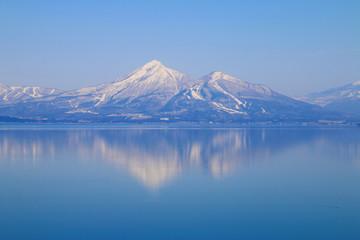 冬の猪苗代湖と磐梯山(福島県・湖南町)