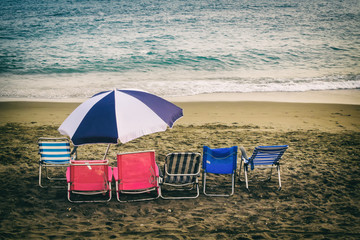 Wall Mural - Liegestühle und Schirm am Strand