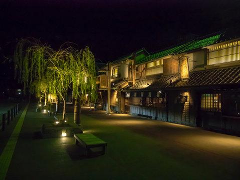 夜のパーキングエリア、日本の江戸時代風の建築