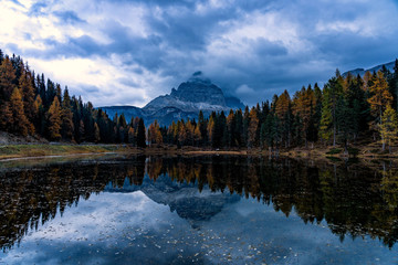 Fototapete - Autumn landscape of Antorno lake with famous Dolomites mountain peak of Tre Cime di Lavaredo in background in Eastern Dolomites, Italy Europe.