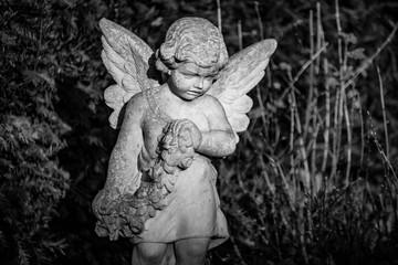Figur eines kleinen  Engel wie Kind auf dem Friedhof in Berlin Hermsdorf