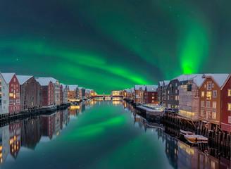 Foto auf Acrylglas Nordlicht Trondheim Winter Lagerhaeuser Fluss Nordlicht