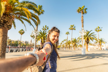 Happy couple tourists in sunny Barcelona Fototapete