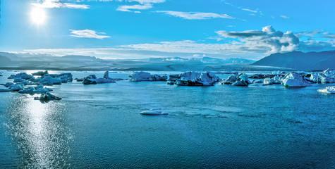 Panoramic view of Jokulsarlon glacier lake and Breidamerkurjokull glassier at the background facing to the sun. Fotomurales