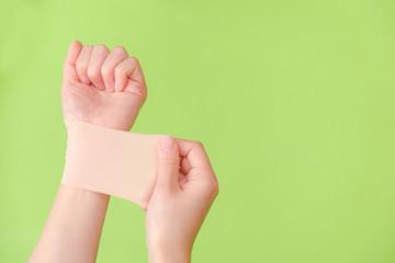 写真素材:湿布を貼る手 しっぷ 貼る 治療 ボディケア