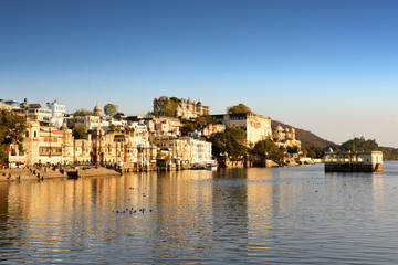 Fototapete - Udaipur cityscape, the majestic maharajah city palace on lake Pichola, Rajasthan, India
