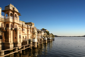 Fotomurales - Udaipur cityscape, the historical lakeside architecture at lake Pichola, Rajasthan, India