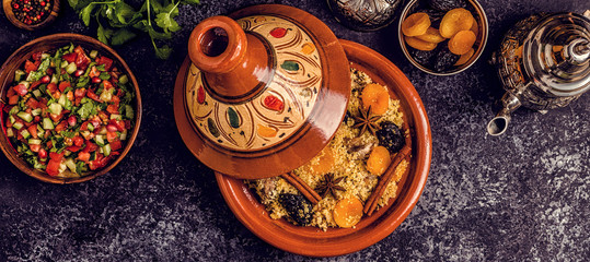 In de dag Marokko Traditional moroccan tajine of chicken with dried fruits and spices.