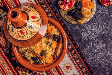 Deurstickers Marokko Traditional moroccan tajine of chicken with dried fruits and spices.