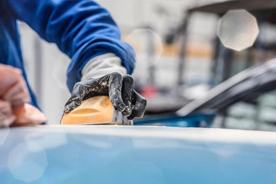 jeune travailleur en réparation de carrosseries