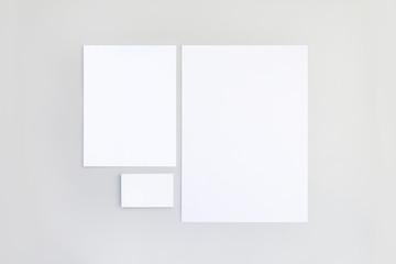 Mockup papelería con fondo gris