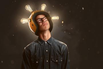 Schlauer Teenager mit Glühbirnen-Helm