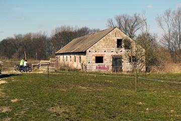 ドイツの草原に建つレンガ造りの古い納屋