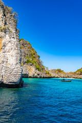 Steinige Insel Landschaft im Pazifik, Boote im smaragdfarbenen Meer