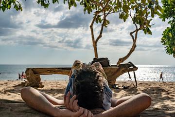 Mensch entspannt am Strand mit Meeresblick