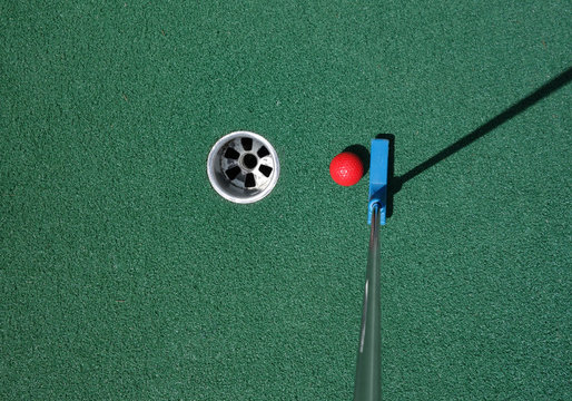 Putting the ball on a mini golf course