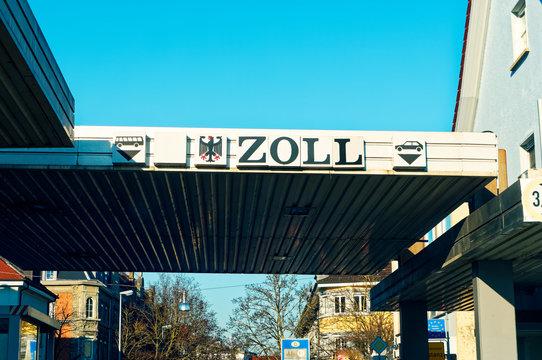 Deutscher Zoll in Konstanz mit dem Bundesadler und Zollhäusschen zur Schweiz an der Grenze
