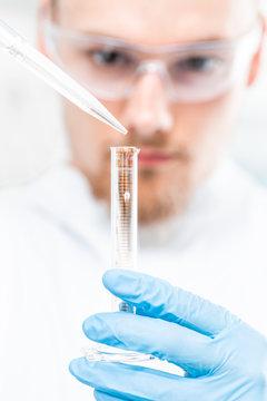 Arzt züchtet Leben im Reagenzglas