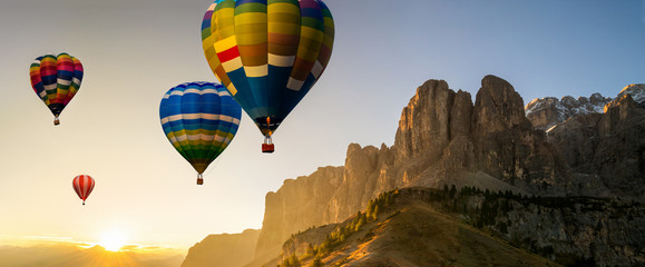 Poster Ballon Beautiful panoramic nature landscape of countryside mountains with colorful high hot air balloons festival in summer sky. Vacation travel panorama background.