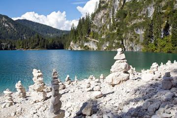 Steinmännchen, Steinmandl am Pragser Wildsee, Dolomiten in Südtirol, Italien