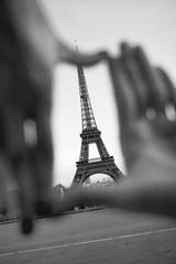 Eiffelturm in Hände gerahmt