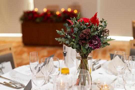 結婚式の赤い花のテーブルセッティング