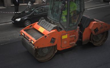 Apisonadora asfaltando una calle