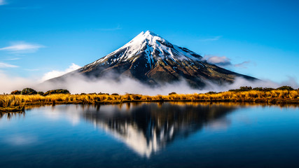 Tuinposter Bergen Mirror lake Mount Taranaki New Zealand