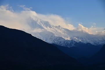 Wall Murals Nepal パキスタンのフンザのカリマバード 美しい山と青空 名峰ラカポシ