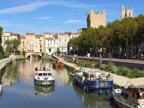 Narbonne, péniche naviguant sur le canal de la Robine, devant le pont des Marchands (France)
