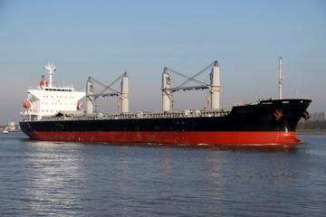 Massengutfrachter mit Kränen erreicht den Hafen