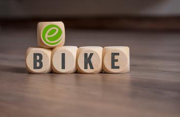 Würfel mit E-Bike