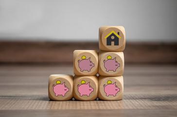Würfel mit Sparschwein und der Traum vom Eigenheim