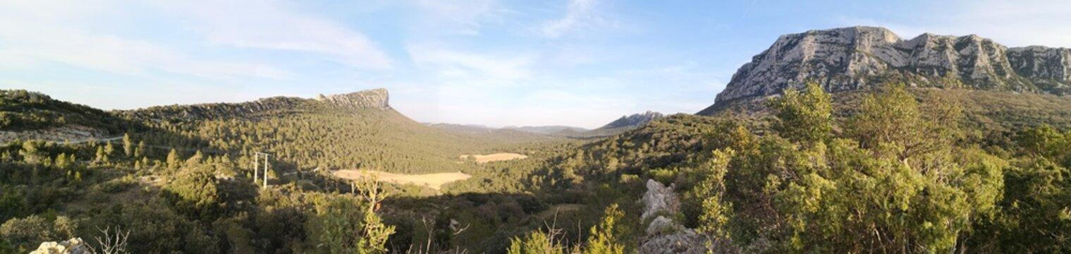 Panoramique du pic saint loup et de l'hortus, hérault, france