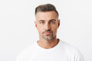 Image of confident man 30s with bristle wearing casual t-shirt posing and looking on camera Fototapete