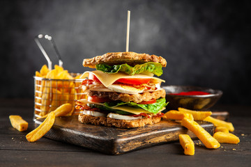 Fotoväggar - Tall club sandwich and french fries