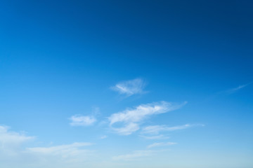 Weiße kleine Wolken am Himmel