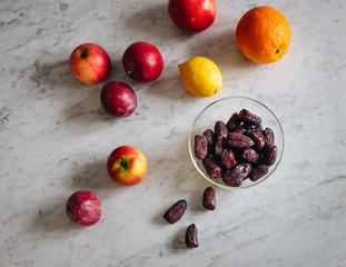 Zutaten für einen Smoothie liegen auf der Küchenablage aus Marmor