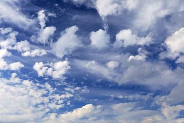 Weiße Wolken an blauem Himmel