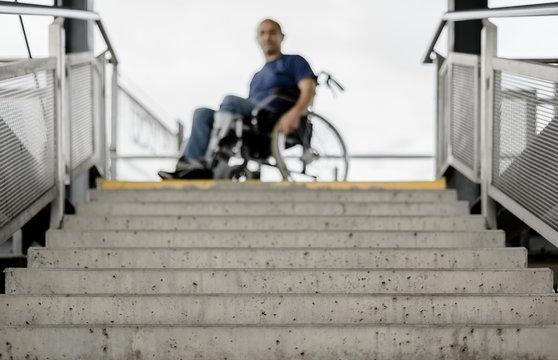Rollstuhlfahrer Rollstuhl vor unpassierbarer Treppe