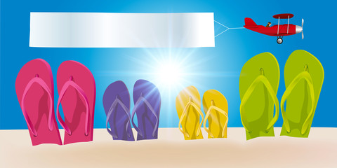 Concept des vacances à la plage par une journée ensoleillée, avec quatre paires de tongs plantées dans le sable et un avion qui passe dans le ciel en tirant une banderole blanche.