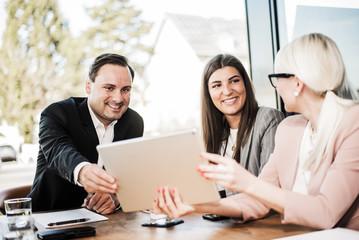 Team in der Besprechung mit Tablet-PC