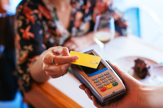Costumer paying with credit card in restaurant.