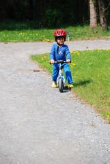 Fototapeta Ein kleiner Bub übt Radfahren.
