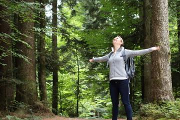 Frau glücklich im Wald